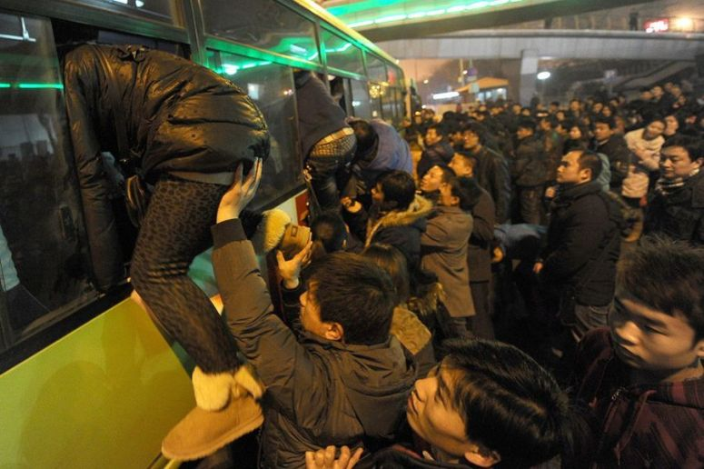 beijing-passengers-climbing-onto-public-bus-through-windows-01.jpg
